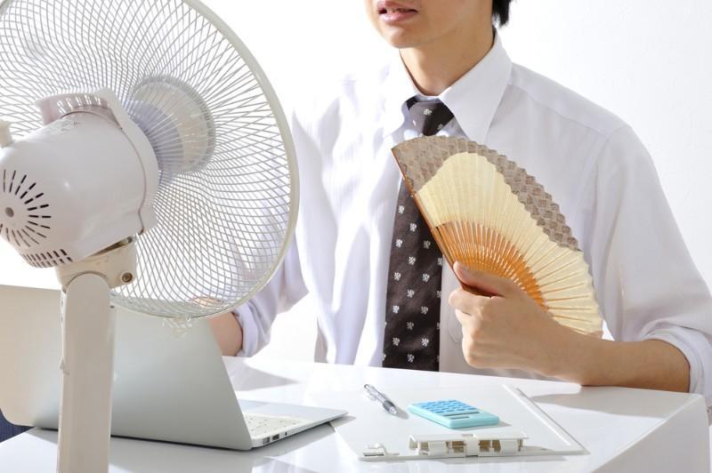 Canicule et code vestimentaire: comment se vêtir au travail en cas de forte chaleur ?