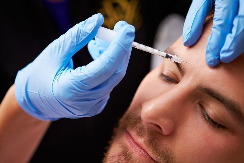 Pourquoi, pour garder leur job, de plus en plus de salariés ont recours à la chirurgie esthétique ? (1/3)
